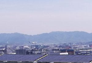 福岡空港に飛行機が着陸するところ