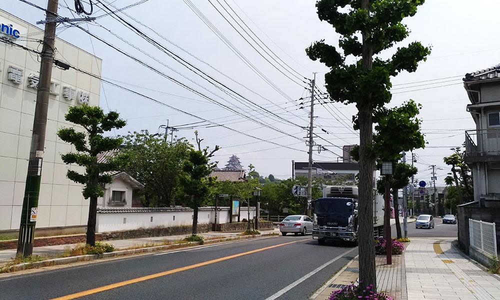 遠くに唐津城が見える街の景色