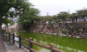 唐津市役所前の石垣と堀