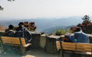 高尾山中腹にあるベンチとそこからの景色