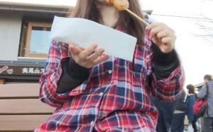 三福だんごを食べているところ
