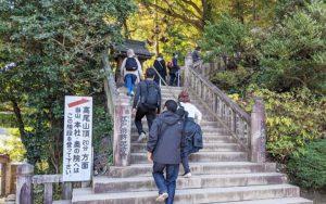 薬王院の境内の階段