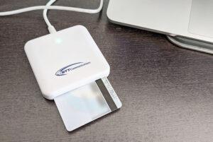 ICカードリーダライタに挿入されたマイナンバーカード