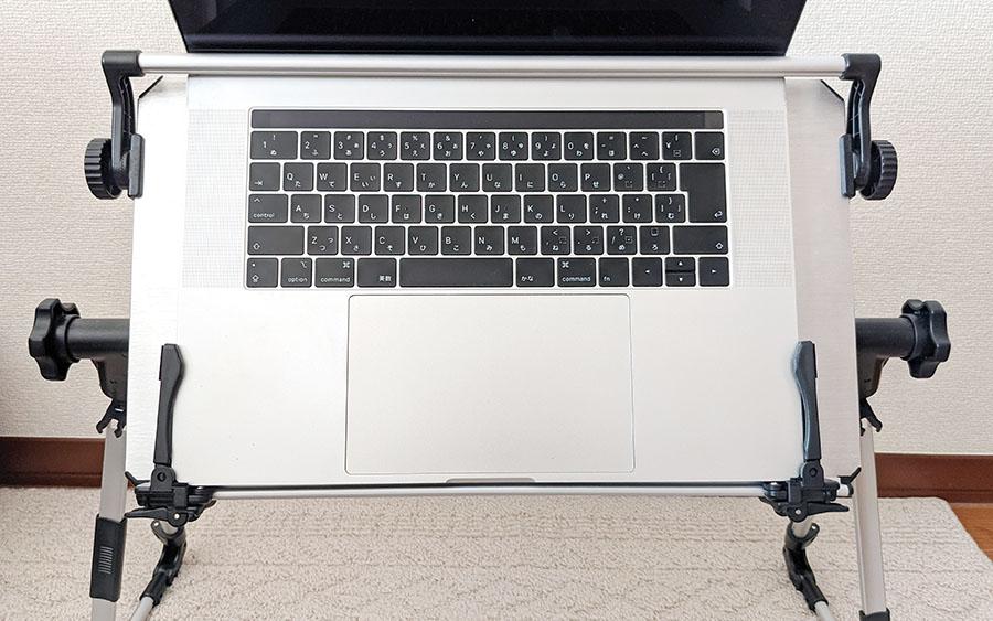 仰向けゴロ寝デスク2にパソコンを設置したところ