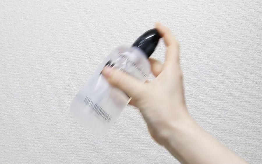 キャップの穴を塞ぎながらボトルを振って洗浄液の素を溶かす