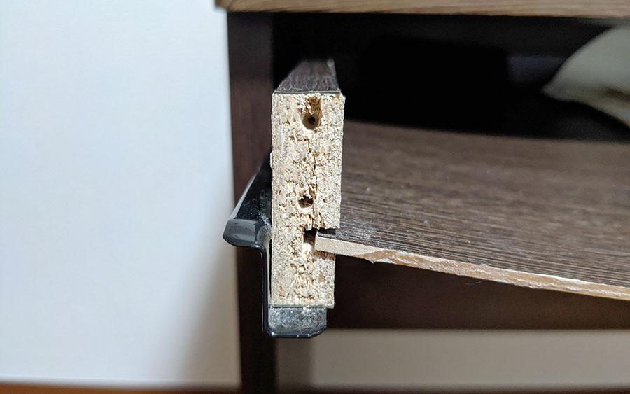 ゆるく広がった木材のネジ穴
