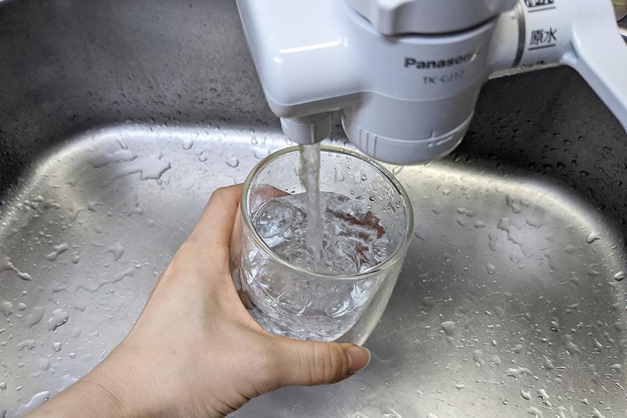 浄水をコップに注いでいるところ